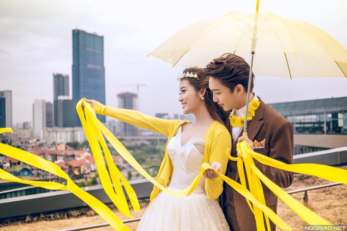 <p> Trong những bức ảnh ngoài trời, Huyền My và B Trần trẻ trung khi kết hợp phụ kiện nổi bật cùng trang phục cưới.</p>
