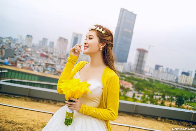 """<p> """"Cô dâu"""" Huyền My mix áo vàng rực rỡ cùng váy cưới trắng, nổi bật giữa không gian đô thị.</p>"""