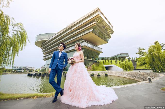<p> Cặp đôi khoe chân dài và vẻ đẹp sang trọng trong bộ ảnh cưới.</p>