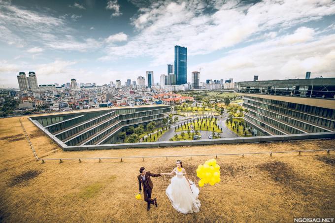 <p> Bộ ảnh được thực hiện tại một khách sạn sang trọng ở Hà Nội với không gian hiện đại.</p>
