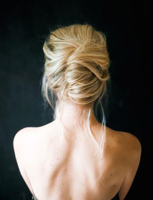 <p> Kiểu tóc búi cuộn này phù hợp với cả những mái tóc lỡ.</p>