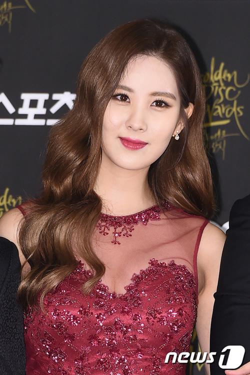 <p> Seohyun thì lại kết hợp kiểu trang điểm bọng mắt với lối kẻ mắt kéo dài đuôi, giúp diện mạo vừa ngọt ngào, vừa quyến rũ.</p>