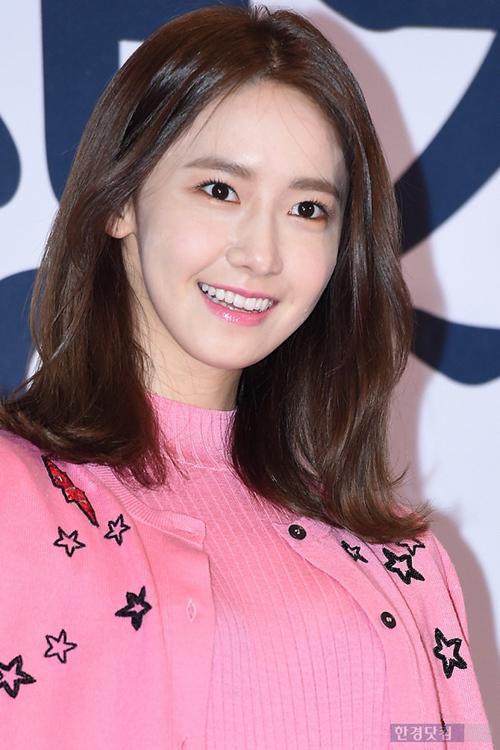 <p> Yoona thậm chí không vẽ viền đậm mí mắt trên mà chỉ chú trọng làm nổi bật mí mắt dưới và bọng mắt. Bọng mắt lớn không hề làm cô trông mệt mỏi mà ngược lại, giúp người đẹp SNSD trông trẻ trung, dễ thương hơn.</p>