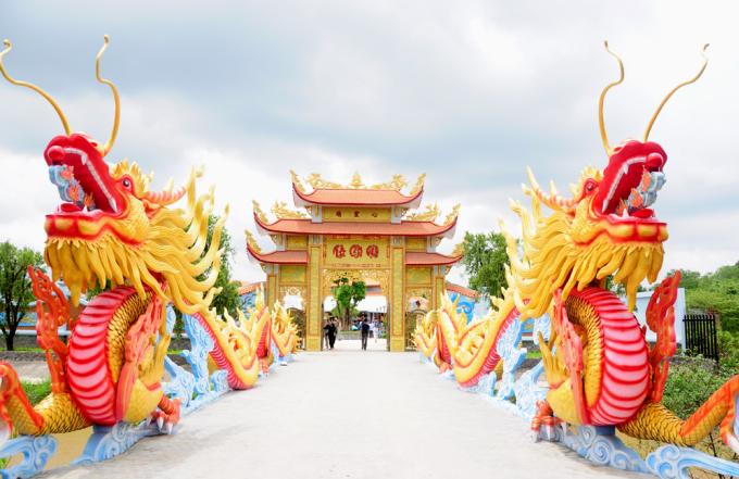 <p> Công trình do danh hài Hoài Linh đứng tên vừa được hoàn thành trên diện tích 7.000 m2 tại quận 9 (TP HCM).</p>