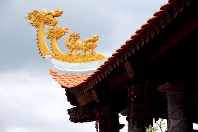 <p> Nghệ sĩ cho biết, việc xây nhà thờ Tổ là bày tỏ lòng tôn kính của mình với Tổ nghiệp và các bậc tiền nhân. Mái đền lợp ngói đỏ, cổng có cặp rồng khổng lồ, mái đền có biểu tượng long lân phụng.</p>