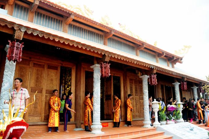 <p> Do diện tích và quy mô xây cất khá lớn, Tâm Linh viện - ngôi nhà thờ Tổ nghiệp sân khấu của nghệ sĩ Hoài Linh - được ước tính có giá trị lên đến hàng trăm tỷ đồng. Danh hài không muốn đề cập đến kinh phí.</p>