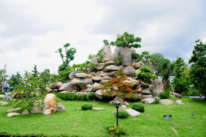 <p> Khuôn viên nhà thờ Tổ là nhiều loại cây quý, các tiểu cảnh, bon sai được thiết kế công phu.</p>