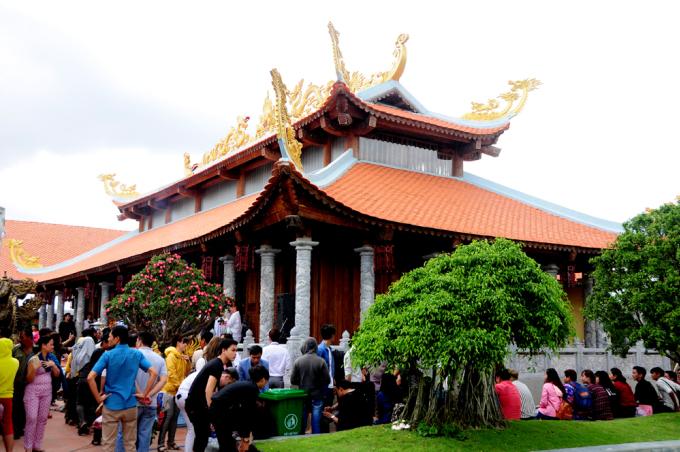 <p> Hoài Linh cho biết anh sống tâm linh và hiểu rõ về đền phủ. Mô hình nhà thờ Tổ nghiệp là do anh nghĩ ra.</p>