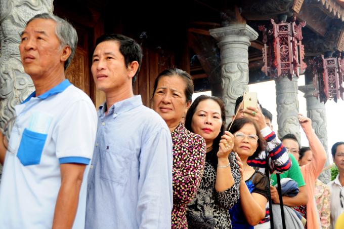 <p> 12/8 Âm lịch được Hoài Linh chọn làm ngày cúng Tổ, lễ cúng được thực hiện tại chính ngôi nhà thờ nằm ở quận 9 này. Đền cách trung tâm TP HCM hơn 10 km.</p>