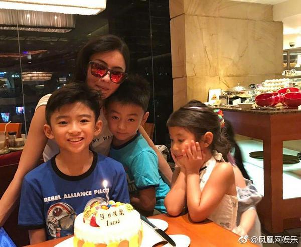 Ngày 2/8 là sinh nhật của Lucas, con trai lớn nhà Tạ Đình Phong - Trương Bá Chi. Mặc dù bận việc, Bá Chi vẫn sắp xếp thời gian đưa con về Hong Kong để tổ chức tiệc sinh nhật với gia đình, người thân. Tuy nhiên, Tạ Đình Phong bận đưa người yêu Vương Phi sang Nhật du lịch nên không có mặt tại buổi tiệc.