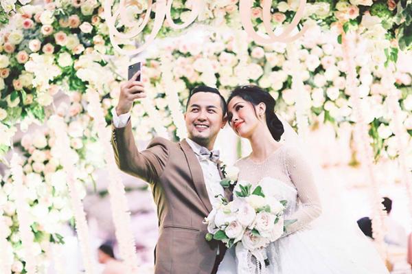 Cuối tuần qua, đám cưới của anh trai Bảo Thy- Thế Bảo và Á khôi doanh nhân 2016 Đỗ Thị Thuỳ Trang đã diễn ra ở nhà cô dâu tại huyện Bình Chánh, TP HCM tiêu tốn hơn 2 tỷ đồng tiền trang trí.