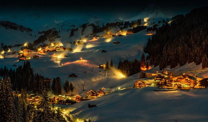 <p> <strong>Damuls - Áo</strong></p> <p> Thuộc quận Bregenz, bang Vorarlberg, Damuls giữ kỷ lục thế giới về đô thị có lượng tuyết rơi hàng năm nhiều nhất ở châu Âu. Ánh đèn vàngphát ra từ những ngôi nhà nhỏ gần như bị vùi lấp trong tuyết khiến khung cảnh ở đây càng trở nên huyền diệu - <em>Ảnh:</em>Onebigphoto</p>