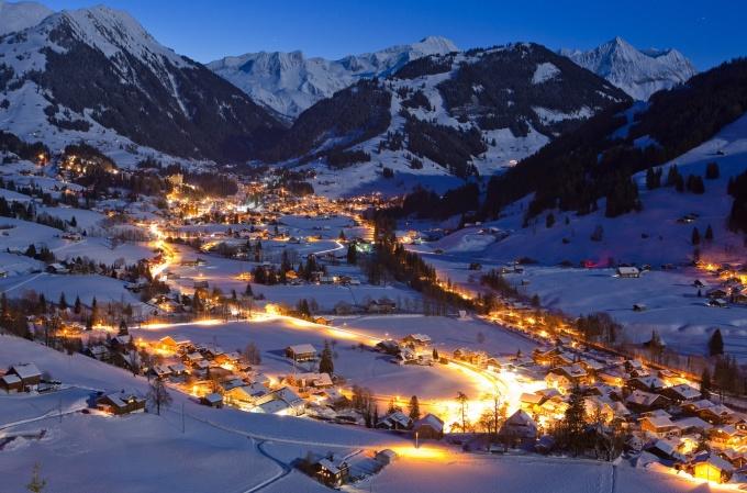<p> <strong>Grindelwald - Thụy Sĩ</strong></p> <p> Ngôi làng nằm dưới chân hai đỉnh núi Alps, Bern sẽ khiến bạn tin rằng ông già Noel là có thật khi đến đây vào dịp Giáng sinh nhờ không khí và khung cảnh mùa đông tuyệt đẹp. Grindelwald là phim trường của nhiều bộ phim, cũng là một trong những khu trượt tuyết lý tưởng nhất trên thế giới. Ngoài ra, bạn có thể tìm được tất tần tật những thứ liên quan đến Giáng sinh ở chợ Grindelwalde nhộn nhịp vào mùa lễ hội - <em>Ảnh:</em> brides</p>