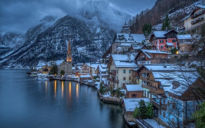 <p> <strong>Hallstatt - Áo</strong></p> <p> Toạ lạc giữa hai thành phố Salzburg và Graz, nước Áo, Hallstatt là một trong những thị trấn lâu đời nhất châu Âu được UNESCO công nhận là di sản thế giới với vẻ đẹp như trong chuyện cổ tích. Mùa đông, khi tuyết phủ trắng xóa trên mái nhà cũng là thời điểm tuyệt nhất để nhấm nháp ly trà nóng bên cửa sổ cạnh hồ, giữa không gian tĩnh lặng và tận hưởng đêm Giáng sinh an lành - <em>Ảnh:</em> wallup</p>