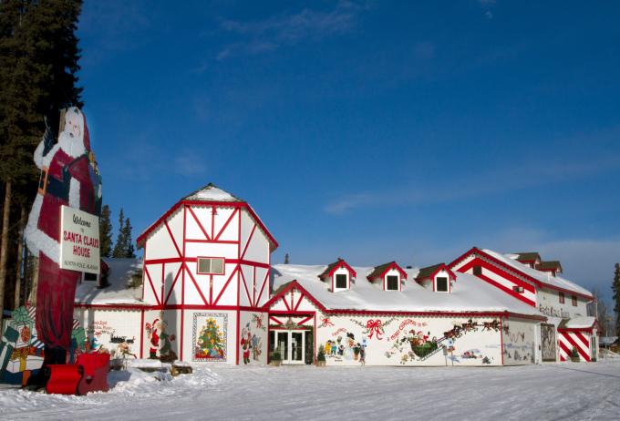 """<p> <strong>Thị trấn North Pole - Mỹ</strong></p> <p> Ngôi nhà khác của ông già Noel, bang Alaska được mệnh danh là """"ngôi nhà không có nỗi buồn"""" vì người dân ở đây luôn sống hạnh phúc với tinh thần Giáng sinh quanh năm. Đây cũng là địa chỉ gửi thư cho ông già Tuyết của nhiều đứa trẻ khắp nơi. Khác vớiRovaniemi, nhà của Santa Claus sơn màu trắng sáng sủa, bên ngoài là những cây đèn đường sơn sọc giống cây kẹo gậy. Hai con đường mang tên Santa Claus Lane, St. Nicholas Drive và tượng ông già Noel cao lớn chào đón du khách ngay cổng - <em>Ảnh:</em> alaska</p>"""