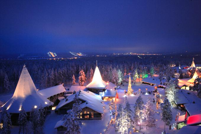 """<p> <strong>Rovaniemi - Phần Lan</strong></p> <p> Nếu là fan của ông già Noel thì Rovaniemi vùng Lapland, Phần Lan chính là nơi lý tưởng nhất dành cho bạn. Ngôi làng nằm ở nơi lạnh lẽo, bao phủ bởi rừng thông xung quanh nên ít người lui tới, nhưng cứ đến mùa Giáng sinh là hàng nghìn lượt khách ghé thăm nơi được gọi là quê hương của ông già Tuyết này. Tại đây bạn được giao lưu với các """"yêu tinh"""", viết thư gởi đến người thân yêu của mình... Những lá thư đó sẽ chuyển đến địa chỉ được yêu cầu vào đêm 24 tháng 12 - <em>Ảnh:</em>visitrovaniemi</p>"""