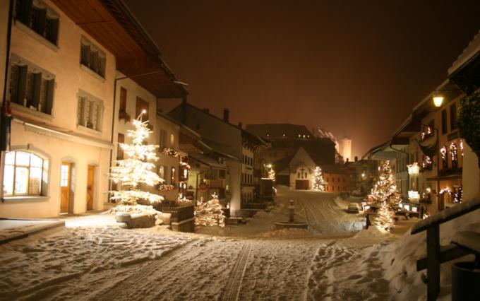 <p> <strong>Gruyeres - Thụy Sĩ</strong></p> <p> Đến mùa Giáng sinh, làng Gruyeres - quê hương của pho mát Thụy Sĩ nổi tiếng thế giới sẽ khoác lên bộ áo mới lung linh nhiều màu sắc cùng tiếng nhạc rộn ràng chào đón du khách. Tuy nhiên vào những ngày lễ, đường phố trở nên vắng vẻ hơn, mọi người quây quần bên lò sưởi, thưởng thức bánh ngọt trong không khí an lành của phố nhỏ - <em>Ảnh:</em> moleson</p>