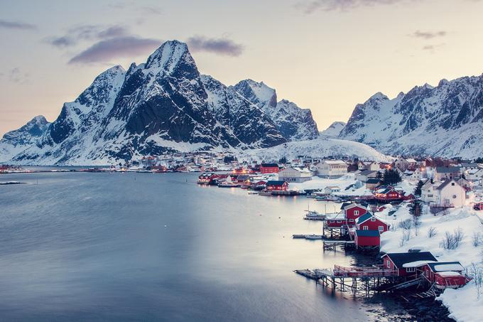 """<p> <strong>Reine - Na Uy</strong></p> <p> Được xem như """"linh hồn của Na Uy"""", làng chài Reine là điểm đến lý tưởng dành cho người thích cảm giác yên bình. Khung cảnh lạnh lẽo giữa núi tuyết trở nên ấm áp hơn nhờ ánh đèn vàng từ những ngôi nhà sơn đỏ nổi bật giữa sắc trắng - <em>Ảnh:</em>spreephoto</p>"""