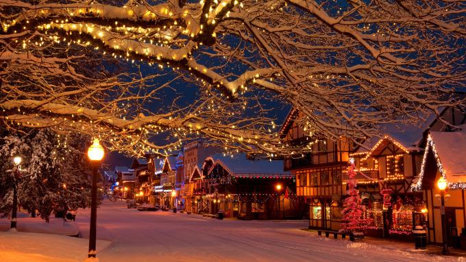 """<p> <strong>Leavenworth - Mỹ</strong></p> <p> Khi mùa lễ hội bắt đầu cũng là lúc Leavenworth,bang Washington lung linh dưới ánh đèn lấp lánh giăng khắp nơi, thu hút đông du khách. Những ngày này, thị trấn nhỏ chìm trong không khí vui vẻ. Biển người tiệc tùng, cười đùa rồi cùng nhau đếm ngược về """"đêm Thánh vô cùng"""" - <em>Ảnh:</em>spotlight</p>"""
