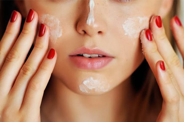 Sau bước làm sạch, thoa kem dưỡng ẩm và các sản phẩm đặc trị để làn da mịn màng hơn.