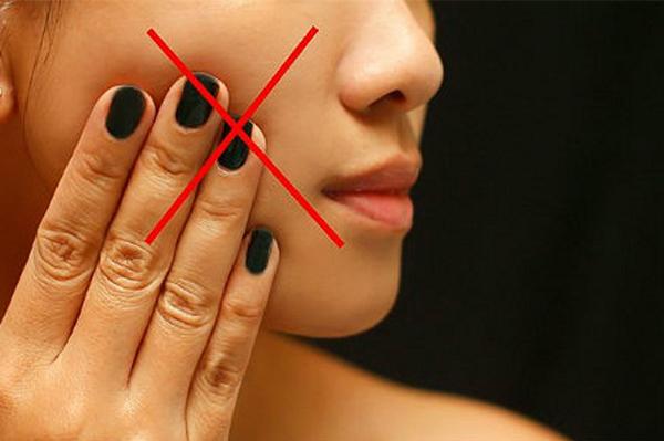 Từ bỏ thói quen sờ tay lên mặt là cách bảo vệ da tuyệt vời. Bàn tay chứa rất nhiều vi khuẩn, chạm tay lên mặt là cách khiến vi khuẩn tiếp xúc trực tiếp với da, có thể gây ra mụn hoặc các vấn đề da nghiêm trọng khác.