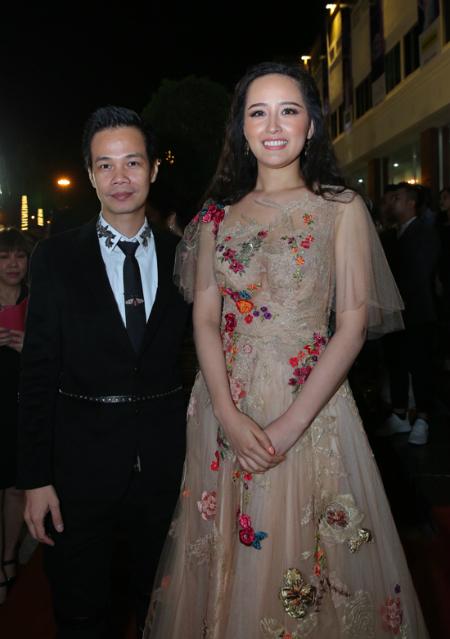Hoa hậu Mai Phương Thuý rạng rỡ xuất hiện cùng NTK Hoàng Hải trên thảm đỏ của đêm chung kết tối 6/1. Cô là một trong những ban giám khảo của đêm thi.
