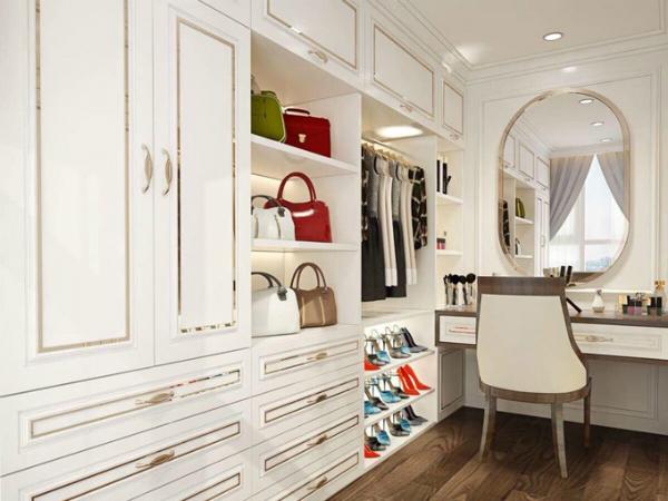 Bàn trang điểm và tủ quần áo của người đẹp được bố trí hợp lý, tiện dụng.