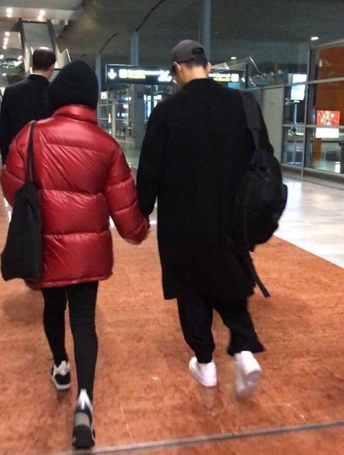 Trước đó, cặp đôi tay trong tay tình cảm ở sân bay hôm 19/1.