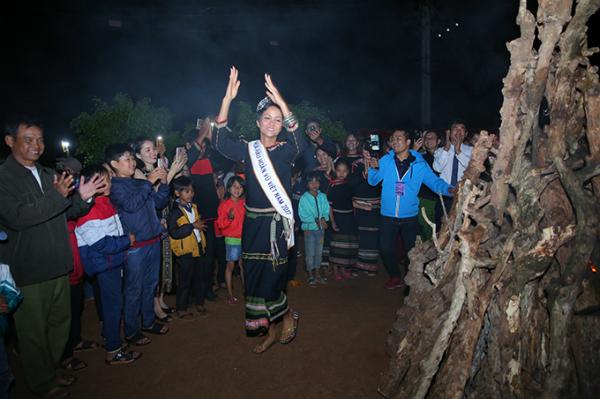 HHen Niê mang dép lê múa hát bên lửa trại cùng bà con - 8