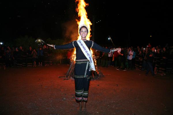 HHen Niê mang dép lê múa hát bên lửa trại cùng bà con - 10
