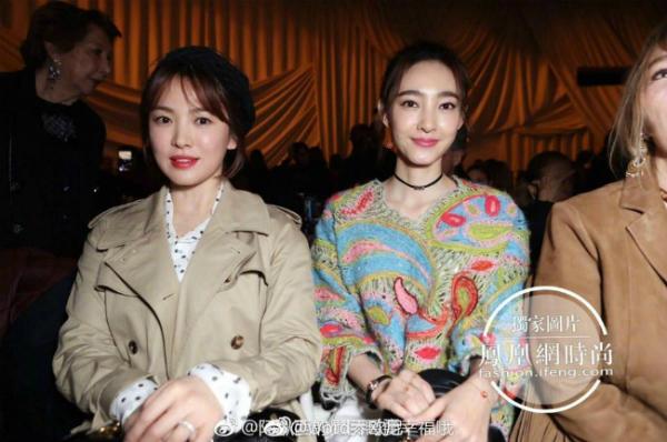 Song Hye Kyo bên diễn viên Vương Lệ Khôn.