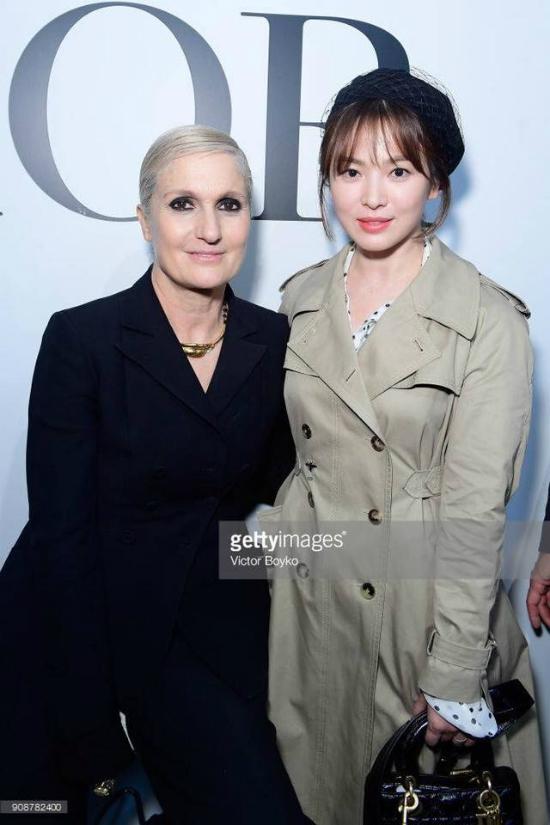 Song Hye Kyo và nhà thiết kế Maria Grazia Chiuri, người từng thiết kế váy cưới cho cô.