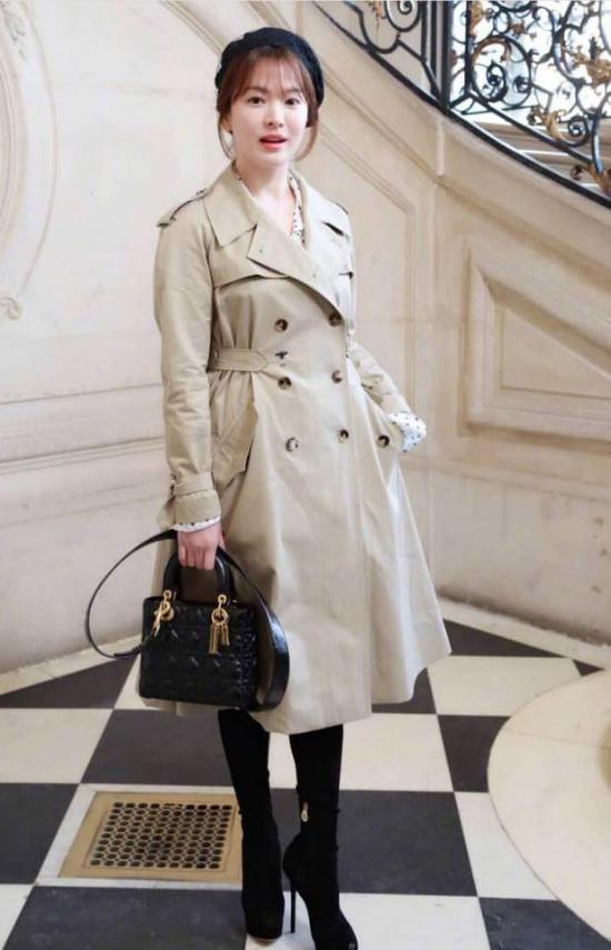 Song Hye Kyo cùng chồng sang Paris dự các show thời trang khác nhau, vì thế họ không đồng hành tại bất cứ sự kiện nào.