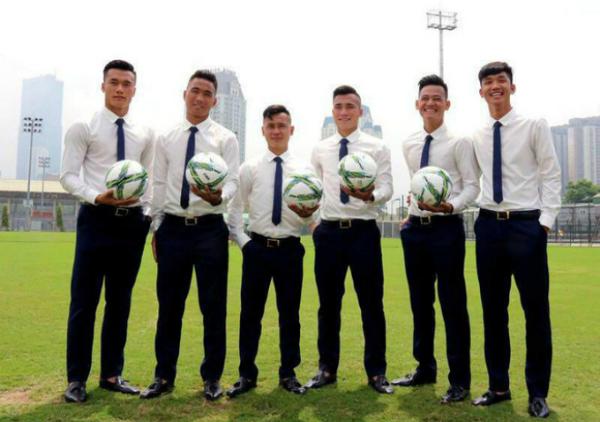 Khi cần ăn vận lịch sự, các cầu thủ U23 cũng rất bảnh bao với sơ mi, cà vạt.