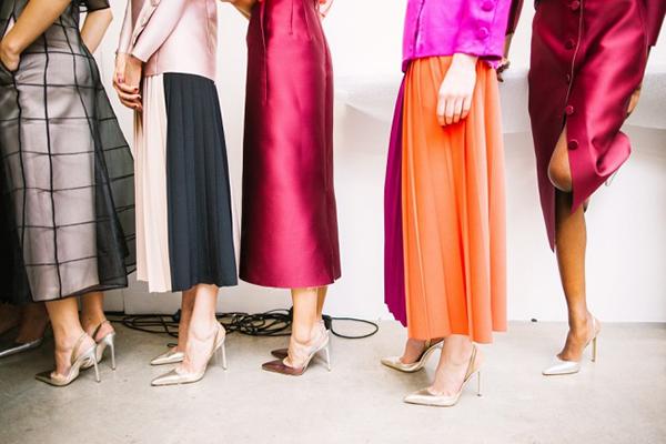 Phụ nữ ưu tiên thời trang hơn sự thoải mái Bạn luôn thắc mắc vì sao trời lạnh mà rất nhiều chị em chỉ mặc quần tất mỏng dính. Lý do là vì đẹp. Chiếc quần tất dày dặn, ấp ám có thể khiến họ thoải mái nhưng lại trông không thời trang. Ở lĩnh vực này, phụ nữ chọn sự thời thượng thay vì thoải mái.