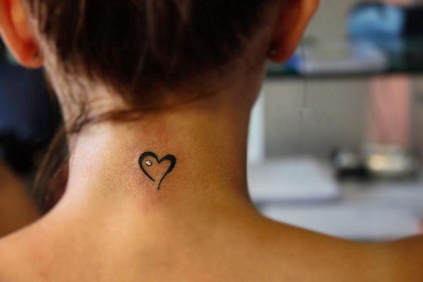 Nếu xăm phía sau gáy, bạn có thể chọn trái tim lớn và vẽ cách điệu.
