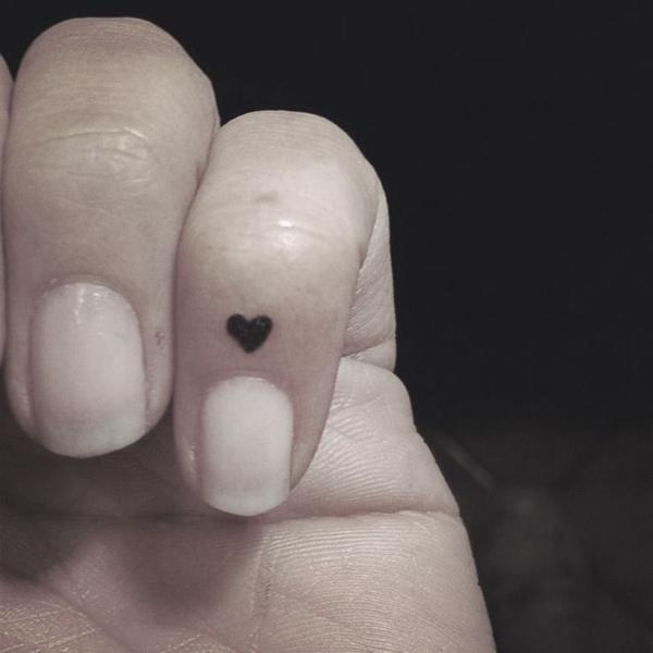 Xăm ở phía trên ngón tay út khá đau nhưng mang lại tính thẩm mỹ cao.