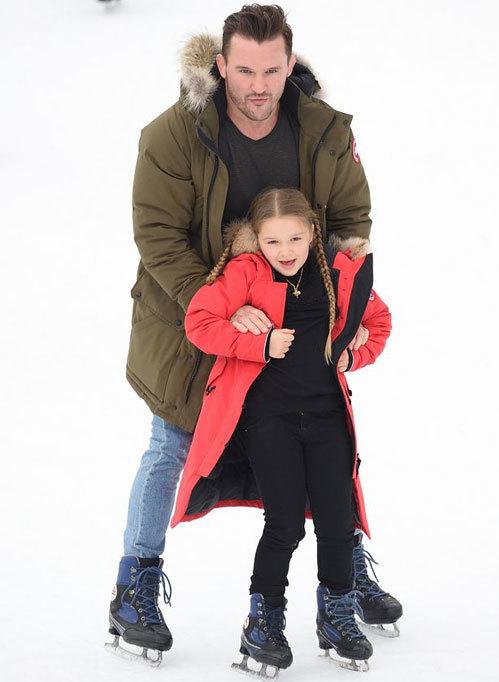Một vệ sĩ trợ giúp tiểu thư nhà Becks trượt băng.