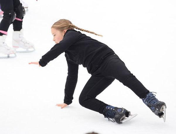 Có lúc cô nhóc 6 tuổi tự trượt băng, vấp ngã nhưng vẫn hớn hở đứng lên tập tiếp.
