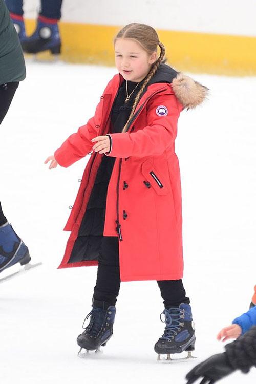 Cô nhóc mũm mĩm nổi bật trên sân băng với chiếc áo khoác đỏ.