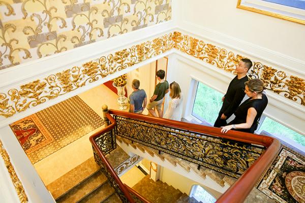 Lý Nhã Kỳ mời gia đình Marc tham quan ngôi biệt thự dát vàng của cô ở quận 2, TP HCM.