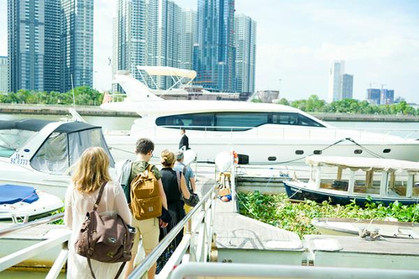 Sau đó, Lý Nhã Kỳ mời gia đình người bạn lên du thuyền của cô neo ở sông Sài Gòn.
