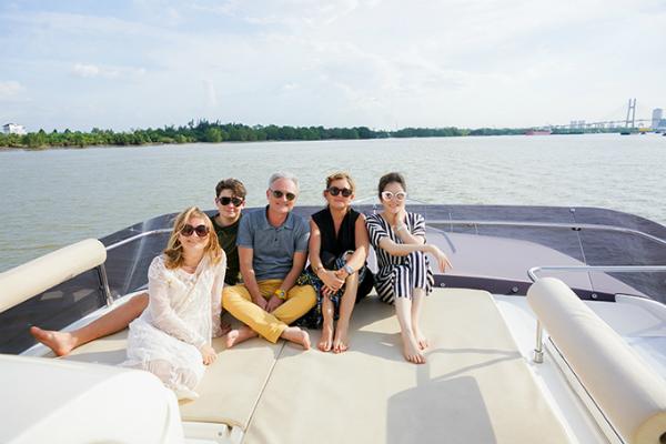 Gia đình Marc thích thú khi được dạo mát và ngắm cảnh thành phố trên chiếc du thuyền.
