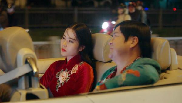 Nam Em trong một cảnh phim 798Mười. Cô vào vai nhân vật có mối tình sâu đậm với Kiều Minh Tuấn nhưng vì muốn trả nợ cho cha mà phải chấp nhận theo tên trùm giang hồ.