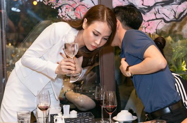 Trước đó, ngày 6/2, Cường Đô La có mặt tại buổi khai trương nhà hàng ẩm thực Trung Hoa của Đàm Thu Trang để ủng hộ bạn gái. Thời điểm ấy có tin đồn tình cảm của Đàm Thu Trang và Cường Đô La rạn nứt. Tuy nhiên, người đẹp sau nàylên báo khẳng định giữa họ không có bất kỳ sự rạn nứt nào.