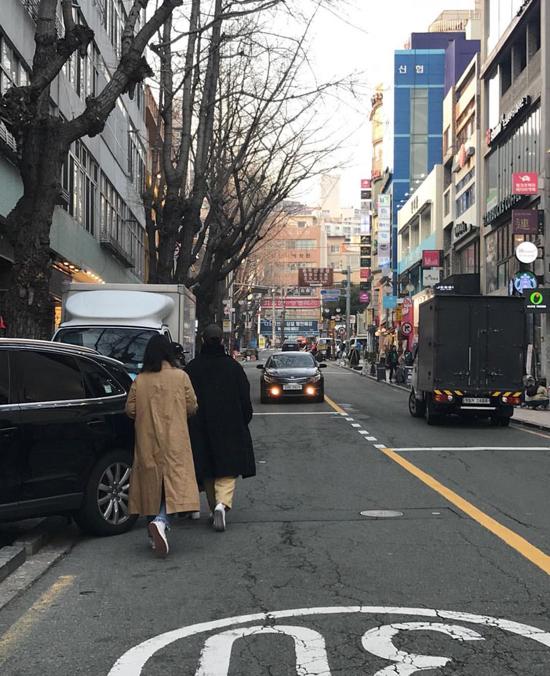 Song Joong Ki và vợ đi dạo phố cùng bạn (người mặc áo vàng).