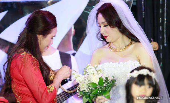 Cô dâu Thanh Thảo được mẹ chồng trao cho kiềng vàng làm quà cưới.