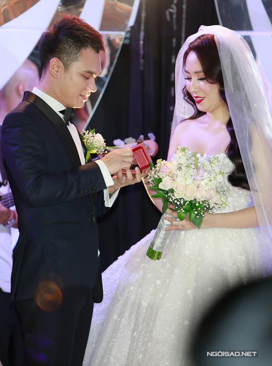 Cặp đôi cùng nhau trao nhẫn cưới, nói lời thề nguyện sẽ yêu thương, chung sống hoà thuận.