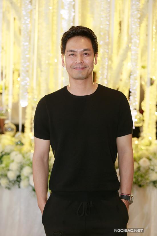MC Phan Anh diệncả cây đen thoải mái đi ăn cưới.