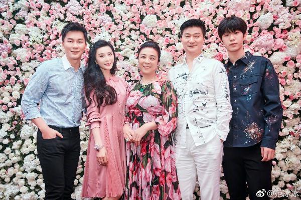 Gia đình Phạm Băng Băng chụp ảnh cùng con rể tương lai Lý Thần (ngoài cùng bên trái).
